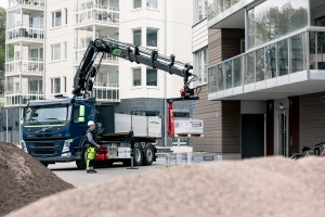 Images presenting a Volvo FM (Euro 6) and a HIAB X-HiPro 192 and the all electric ePTO hydraulic system