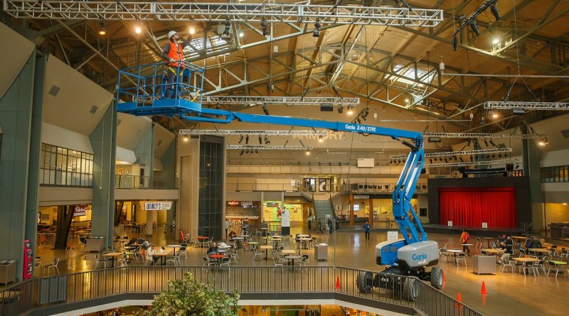 Z60 FE_13_up-and-over indoors_shopping mall_low_res