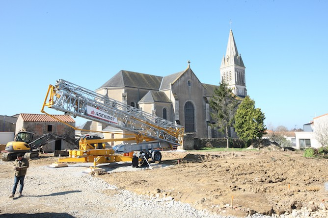 AGESIBAT has taken delivery of the first Potain Hup 40-30 self-erecting crane to arrive in France and has quickly put the crane to work, commissioning it for a housing project in Vendée. The crane is helping to build 11 houses, performing all of the project's lifts from a single location. Its high-performance slewing radius and 40 m jib is able to cover the entire job site, saving the company from having to set up the crane in a different place for each set of lifts.