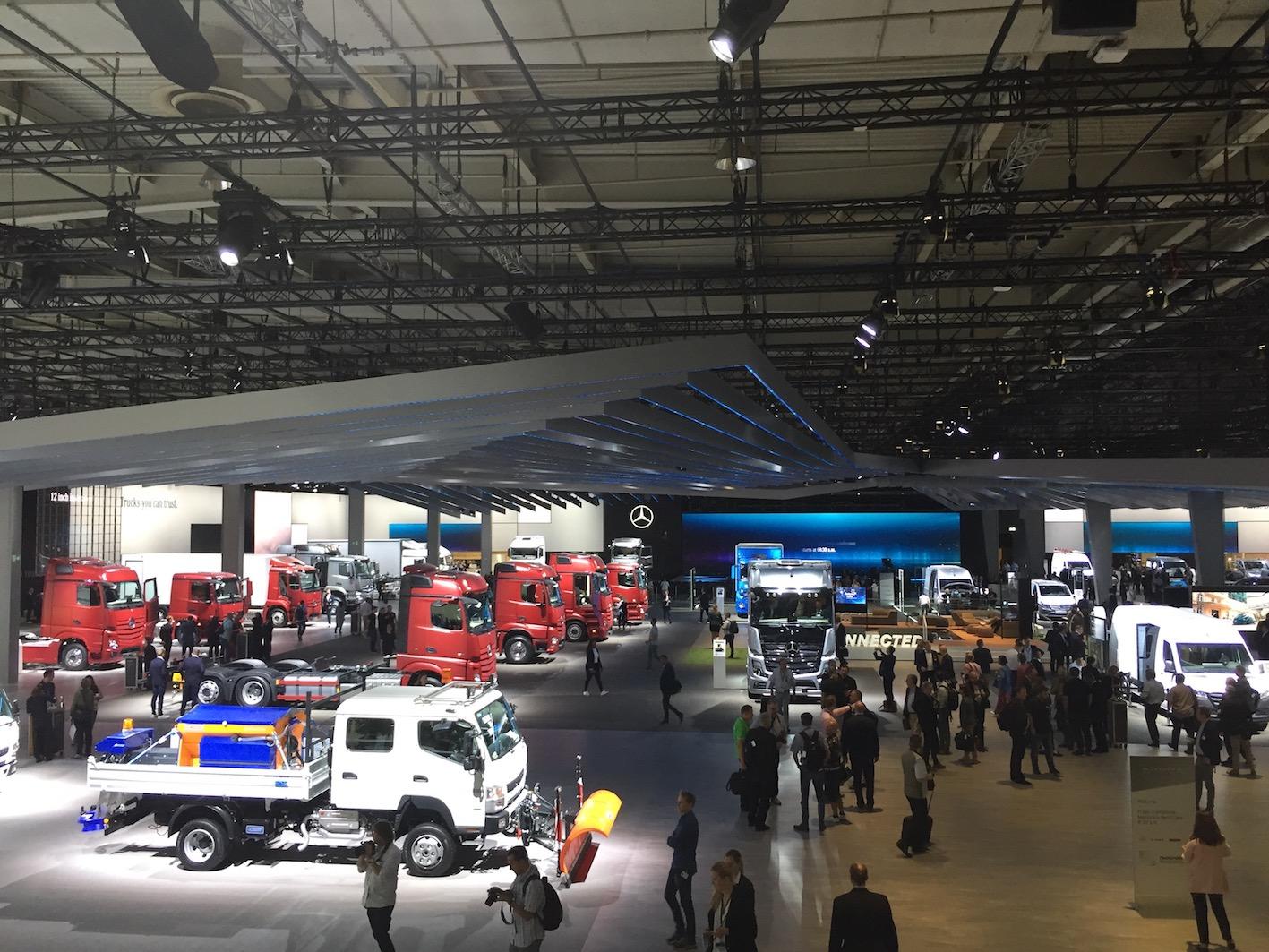 Un hall entier pour le stand Mercedes, avec ses camions, mais aussi les vans et les bus/cars