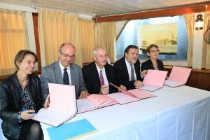 Signature convention Gpe 4-10-2018 - Photo VNF de gche Ö droite Caroline Grandjean, Thierry Dallard, Michel Cadot, Thierry Guimbaud, RÇgine BrÇhier(75) - copie