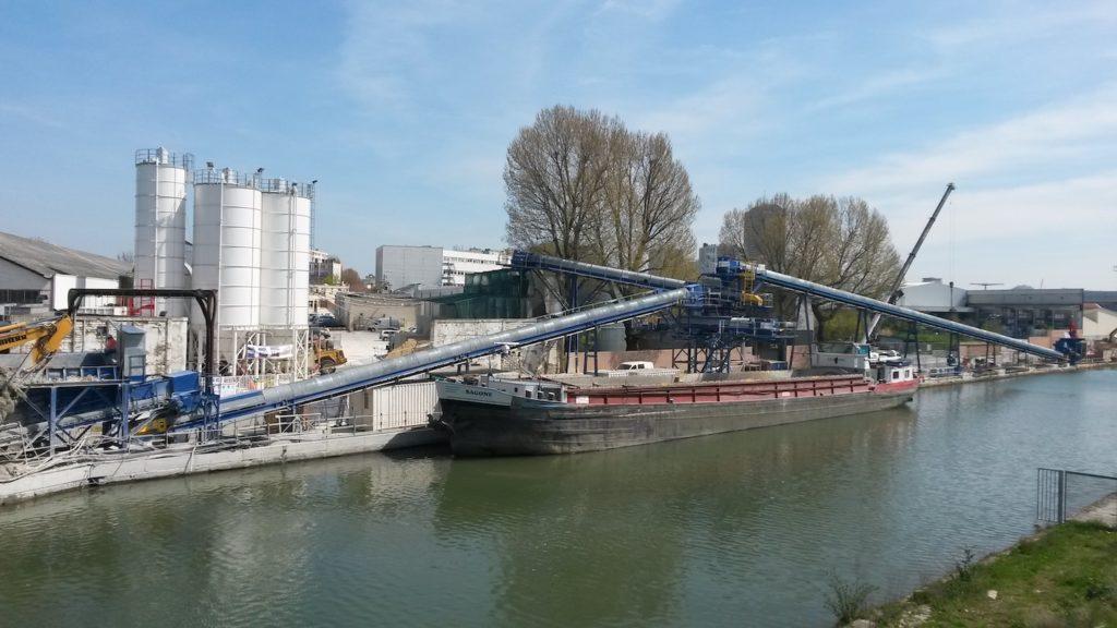 Les matériaux de construction soutiennent le transport fluvial