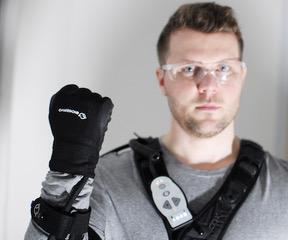 Loxam va louer le gant bionique d'Eiffage