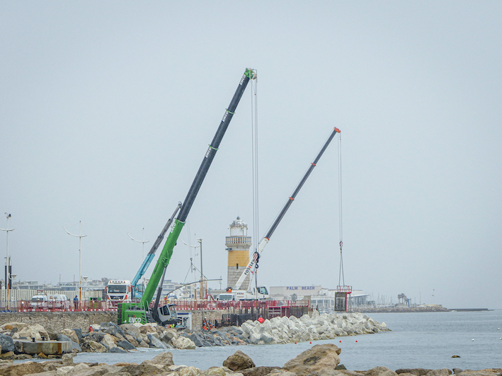 A Cannes, deux télescopiques sur chenilles pour renforcer les digues