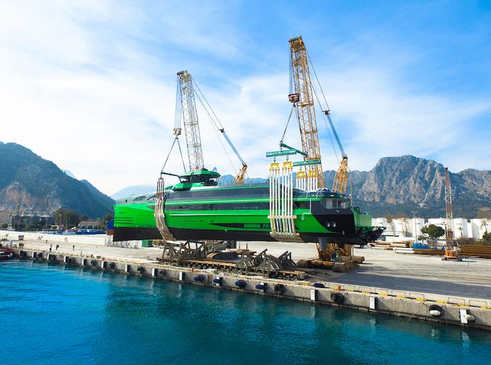 Deux grues Demag  mettent à l'eau un bateau de 410 tonnes